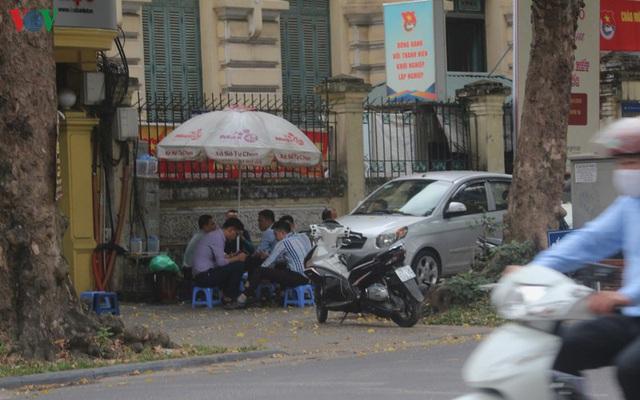 Ảnh: Hàng quán, ô tô đua nhau lấn chiếm vỉa hè ở Hà Nội - Ảnh 6.