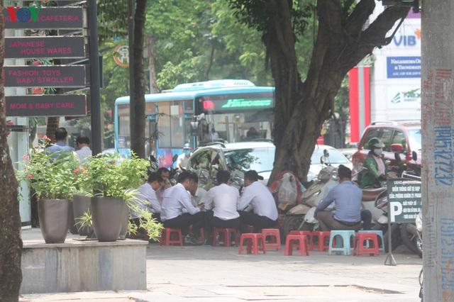 Ảnh: Hàng quán, ô tô đua nhau lấn chiếm vỉa hè ở Hà Nội - Ảnh 7.