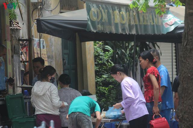 Ảnh: Hàng quán, ô tô đua nhau lấn chiếm vỉa hè ở Hà Nội - Ảnh 8.