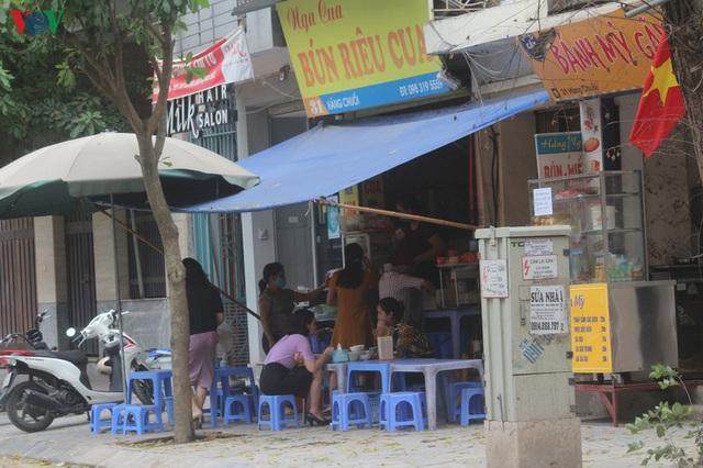 Ảnh: Hàng quán, ô tô đua nhau lấn chiếm vỉa hè ở Hà Nội - Ảnh 9.