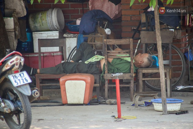 Muôn kiểu tránh nắng của người dân Hà Nội trong những ngày nóng đỉnh điểm - Ảnh 9.