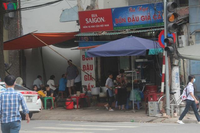 Ảnh: Hàng quán, ô tô đua nhau lấn chiếm vỉa hè ở Hà Nội - Ảnh 10.