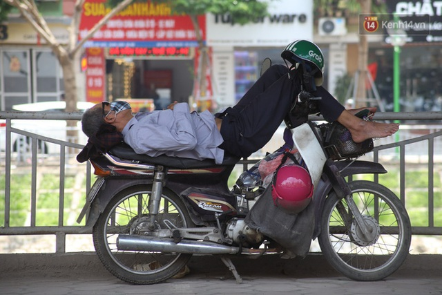 Muôn kiểu tránh nắng của người dân Hà Nội trong những ngày nóng đỉnh điểm - Ảnh 10.