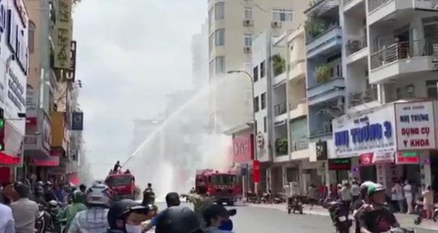 Cháy nhà trên đường Hai Bà Trưng, gần chợ Tân Định, quận 1 - TP HCM  - Ảnh 1.