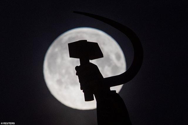 Loạt ảnh ấn tượng về siêu trăng cuối cùng của năm 2020 diễn ra vào đêm qua trên toàn thế giới - Ảnh 3.
