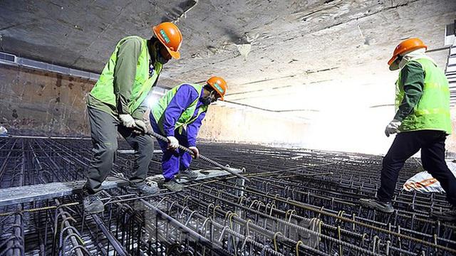 Công nhân làm việc dưới hầm sâu 19 mét ga Nhổn - Ga Hà Nội ngày nắng nóng - Ảnh 6.