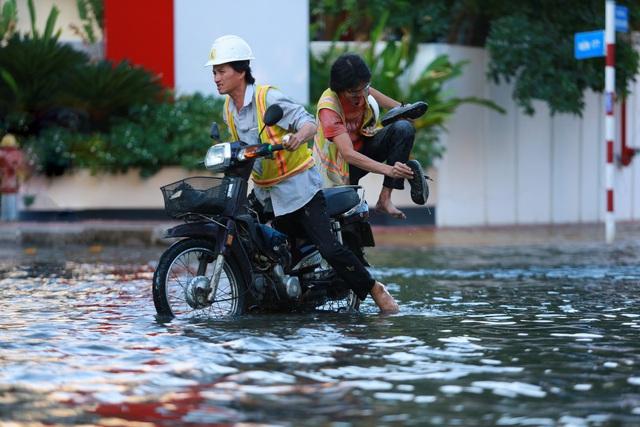 Đường khu Thảo Điền ngập do triều cường, người dân hì hục đẩy xe chết máy - Ảnh 8.