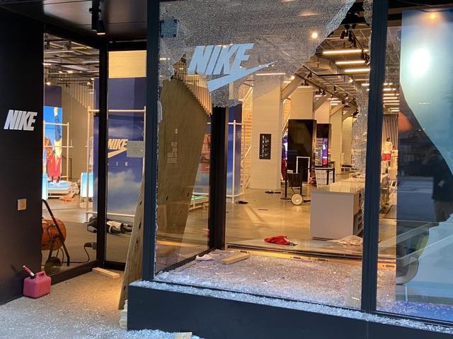Hàng loạt thương hiệu xa xỉ bị dọn sạch cửa hàng giữa làn sóng biểu tình bạo loạn - Ảnh 1.