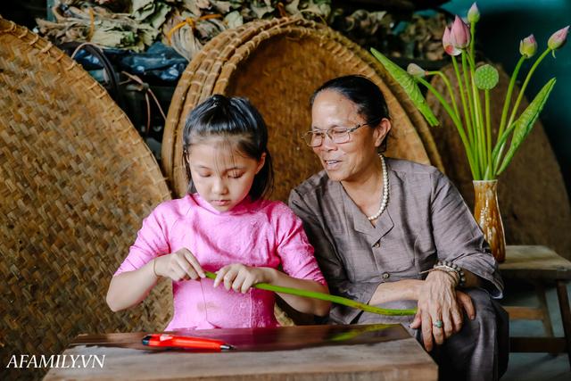 Người phụ nữ chân quê ngoại thành Hà Nội với biệt tài bắt sen nhả tơ, làm nên chiếc khăn giá chẳng kém gì hàng hiệu nổi tiếng - Ảnh 12.