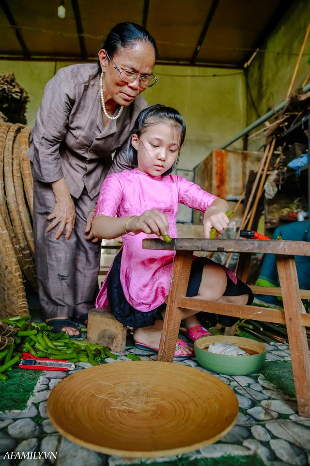 Người phụ nữ chân quê ngoại thành Hà Nội với biệt tài bắt sen nhả tơ, làm nên chiếc khăn giá chẳng kém gì hàng hiệu nổi tiếng - Ảnh 13.