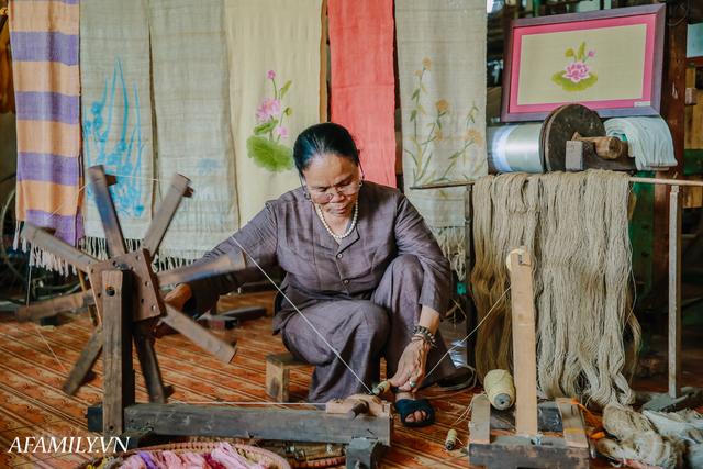 Người phụ nữ chân quê ngoại thành Hà Nội với biệt tài bắt sen nhả tơ, làm nên chiếc khăn giá chẳng kém gì hàng hiệu nổi tiếng - Ảnh 14.