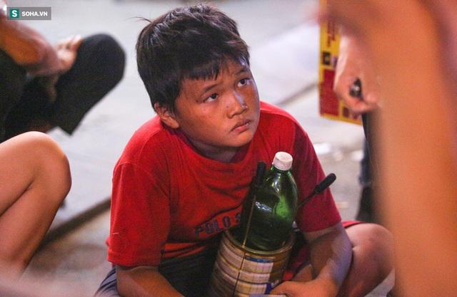Những đứa trẻ không Tết thiếu nhi, trắng đêm phun lửa mưu sinh ở phố Tây Bùi Viện - Ảnh 16.