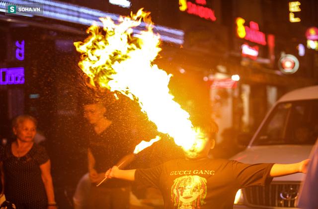 Những đứa trẻ không Tết thiếu nhi, trắng đêm phun lửa mưu sinh ở phố Tây Bùi Viện - Ảnh 17.
