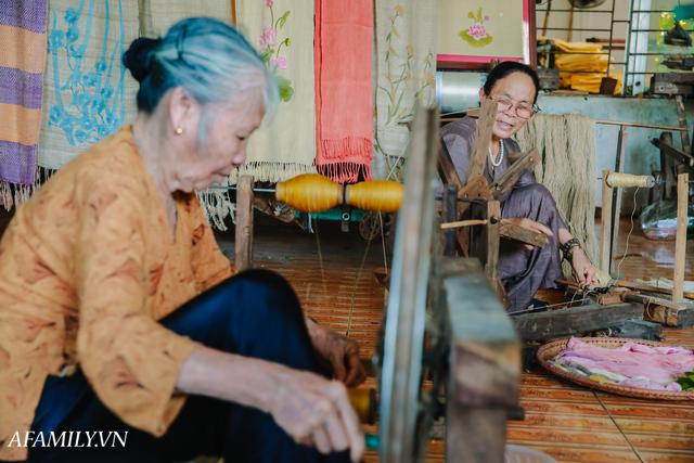 Người phụ nữ chân quê ngoại thành Hà Nội với biệt tài bắt sen nhả tơ, làm nên chiếc khăn giá chẳng kém gì hàng hiệu nổi tiếng - Ảnh 17.