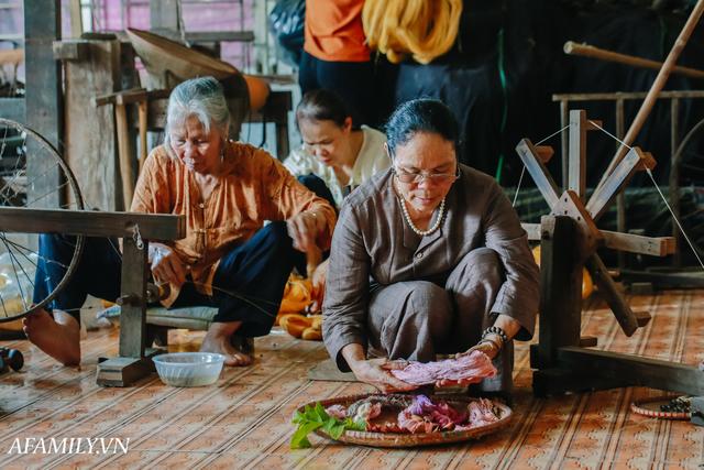 Người phụ nữ chân quê ngoại thành Hà Nội với biệt tài bắt sen nhả tơ, làm nên chiếc khăn giá chẳng kém gì hàng hiệu nổi tiếng - Ảnh 18.