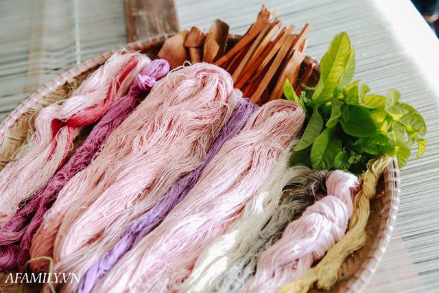 Người phụ nữ chân quê ngoại thành Hà Nội với biệt tài bắt sen nhả tơ, làm nên chiếc khăn giá chẳng kém gì hàng hiệu nổi tiếng - Ảnh 19.