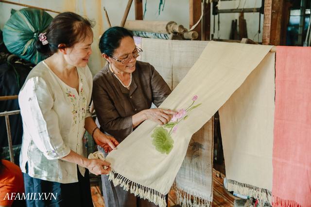 Người phụ nữ chân quê ngoại thành Hà Nội với biệt tài bắt sen nhả tơ, làm nên chiếc khăn giá chẳng kém gì hàng hiệu nổi tiếng - Ảnh 20.
