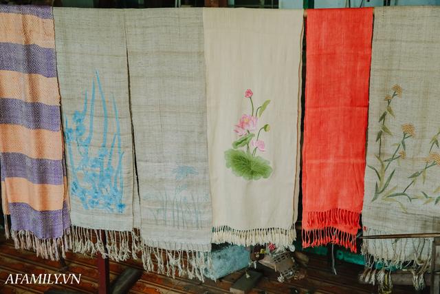 Người phụ nữ chân quê ngoại thành Hà Nội với biệt tài bắt sen nhả tơ, làm nên chiếc khăn giá chẳng kém gì hàng hiệu nổi tiếng - Ảnh 21.