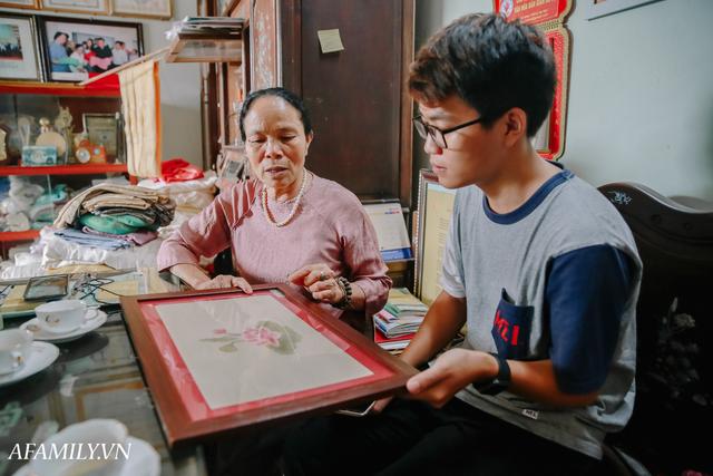 Người phụ nữ chân quê ngoại thành Hà Nội với biệt tài bắt sen nhả tơ, làm nên chiếc khăn giá chẳng kém gì hàng hiệu nổi tiếng - Ảnh 22.