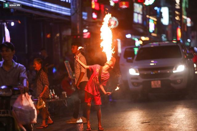 Những đứa trẻ không Tết thiếu nhi, trắng đêm phun lửa mưu sinh ở phố Tây Bùi Viện - Ảnh 5.