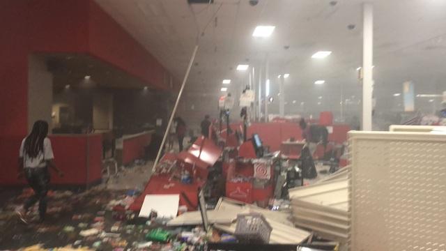 Hàng loạt thương hiệu xa xỉ bị dọn sạch cửa hàng giữa làn sóng biểu tình bạo loạn - Ảnh 5.