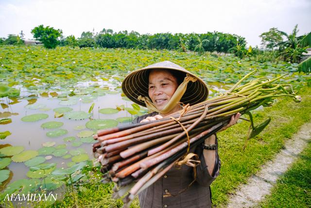 Người phụ nữ chân quê ngoại thành Hà Nội với biệt tài bắt sen nhả tơ, làm nên chiếc khăn giá chẳng kém gì hàng hiệu nổi tiếng - Ảnh 6.