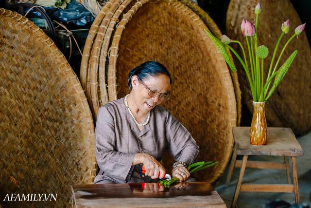 Người phụ nữ chân quê ngoại thành Hà Nội với biệt tài bắt sen nhả tơ, làm nên chiếc khăn giá chẳng kém gì hàng hiệu nổi tiếng - Ảnh 7.