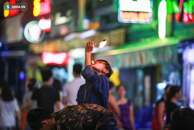 Những đứa trẻ không Tết thiếu nhi, trắng đêm phun lửa mưu sinh ở phố Tây Bùi Viện - Ảnh 8.
