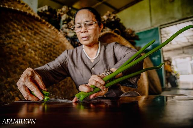 Người phụ nữ chân quê ngoại thành Hà Nội với biệt tài bắt sen nhả tơ, làm nên chiếc khăn giá chẳng kém gì hàng hiệu nổi tiếng - Ảnh 8.