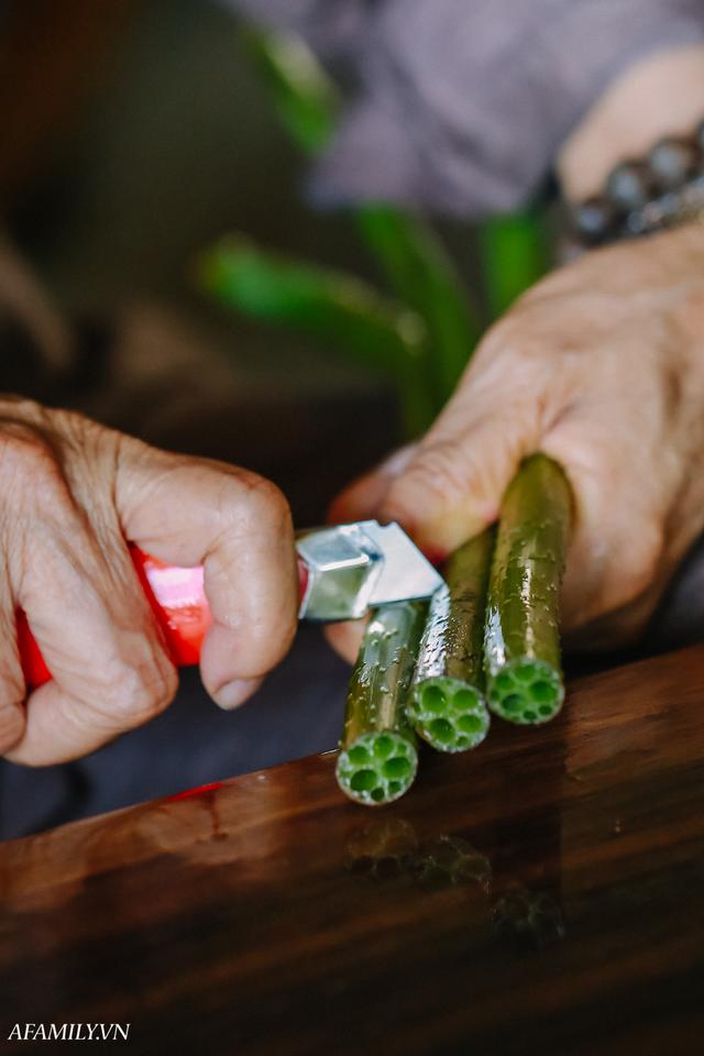 Người phụ nữ chân quê ngoại thành Hà Nội với biệt tài bắt sen nhả tơ, làm nên chiếc khăn giá chẳng kém gì hàng hiệu nổi tiếng - Ảnh 9.