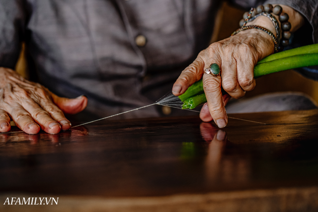 Người phụ nữ chân quê ngoại thành Hà Nội với biệt tài bắt sen nhả tơ, làm nên chiếc khăn giá chẳng kém gì hàng hiệu nổi tiếng - Ảnh 10.