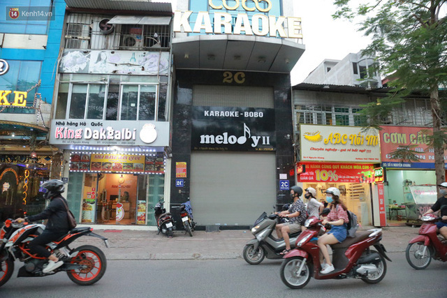 Sau lệnh của Thủ tướng nhiều quán karaoke ở Hà Nội và Sài Gòn nhộn nhịp mở cửa trở lại, nhiều quán vẫn đóng cửa im lìm - Ảnh 12.
