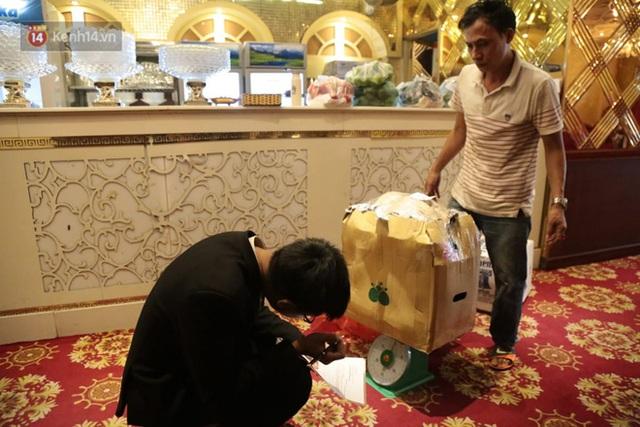 Sau lệnh của Thủ tướng nhiều quán karaoke ở Hà Nội và Sài Gòn nhộn nhịp mở cửa trở lại, nhiều quán vẫn đóng cửa im lìm - Ảnh 14.