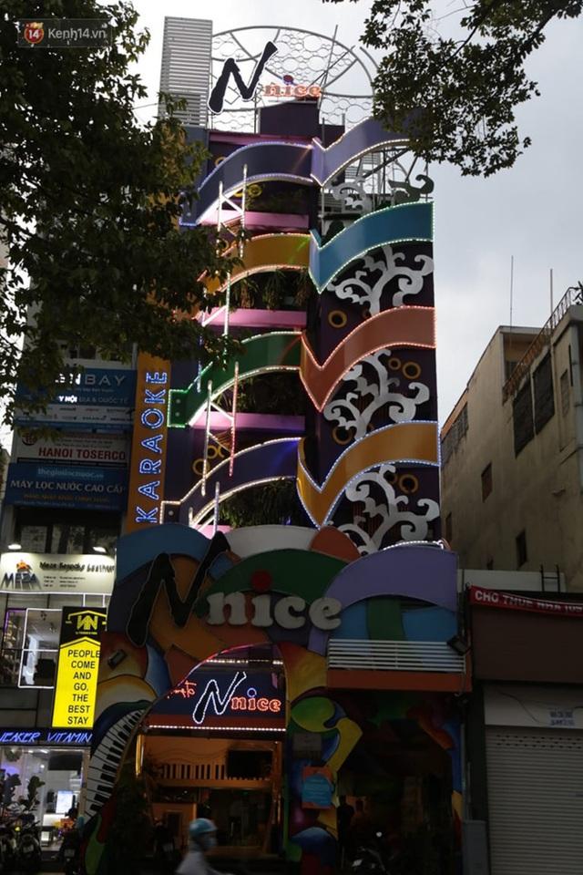 Sau lệnh của Thủ tướng nhiều quán karaoke ở Hà Nội và Sài Gòn nhộn nhịp mở cửa trở lại, nhiều quán vẫn đóng cửa im lìm - Ảnh 19.