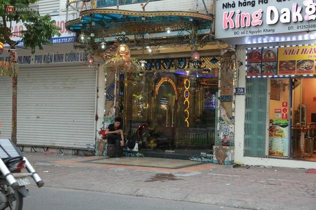 Sau lệnh của Thủ tướng nhiều quán karaoke ở Hà Nội và Sài Gòn nhộn nhịp mở cửa trở lại, nhiều quán vẫn đóng cửa im lìm - Ảnh 3.
