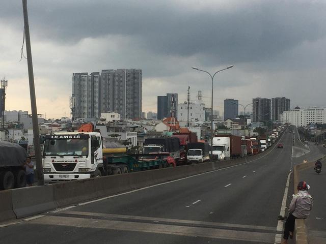 TP.HCM: Xảy ra 3 vụ tai nạn liên tiếp trên cầu Phú Mỹ, giao thông tê liệt từ trưa đến chiều - Ảnh 3.