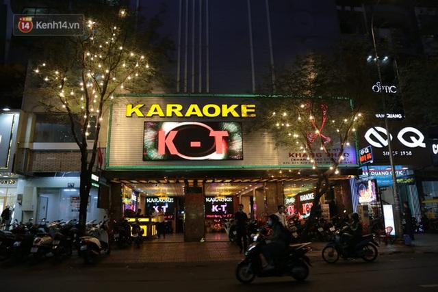 Sau lệnh của Thủ tướng nhiều quán karaoke ở Hà Nội và Sài Gòn nhộn nhịp mở cửa trở lại, nhiều quán vẫn đóng cửa im lìm - Ảnh 23.