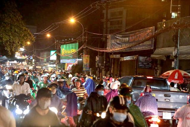 TP HCM: Cận cảnh ngàn người bơ phờ, bì bõm trong đêm  - Ảnh 4.