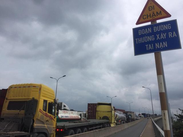 TP.HCM: Xảy ra 3 vụ tai nạn liên tiếp trên cầu Phú Mỹ, giao thông tê liệt từ trưa đến chiều - Ảnh 4.