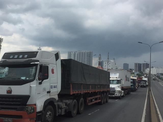 3 vụ tai nạn liên tiếp trên cầu Phú Mỹ, hàng trăm xe ô tô chôn chân từ trưa tới chiều - Ảnh 5.
