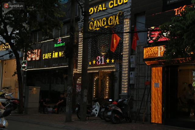 Sau lệnh của Thủ tướng nhiều quán karaoke ở Hà Nội và Sài Gòn nhộn nhịp mở cửa trở lại, nhiều quán vẫn đóng cửa im lìm - Ảnh 8.