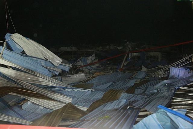 [ẢNH] Hiện trường vụ sập nhà xưởng ở Vĩnh Phúc làm 3 người chết, 18 người bị thương - Ảnh 1.