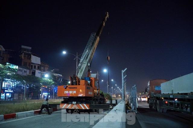 Trắng đêm tháo dỡ rào cứng trên đường đua F1 Hà Nội - Ảnh 1.