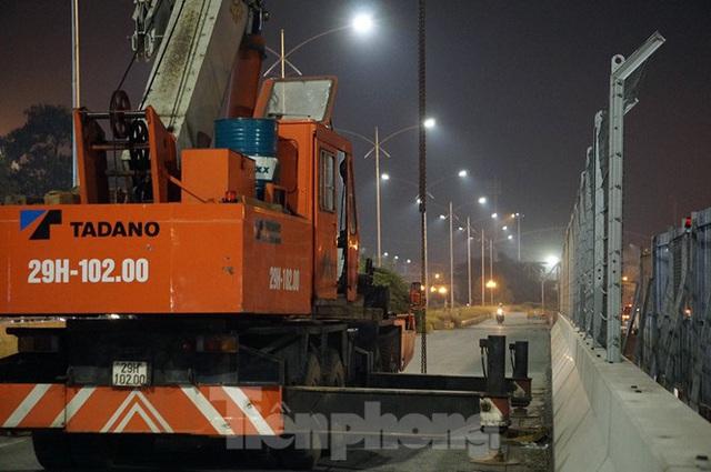 Trắng đêm tháo dỡ rào cứng trên đường đua F1 Hà Nội - Ảnh 2.