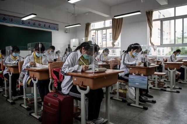 Hậu phong tỏa, nhiều học sinh Trung Quốc tự tử vì căng thẳng - Ảnh 1.