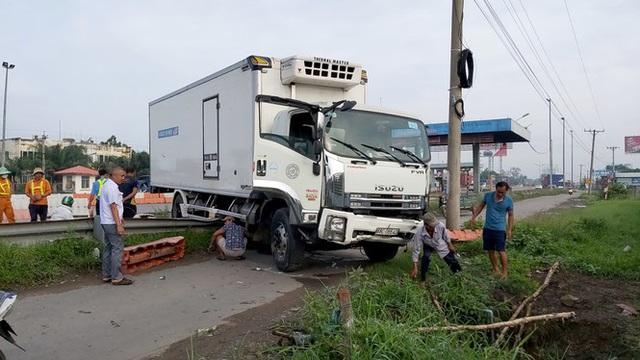 Xe tải va vào trạm thu phí cao tốc TPHCM-Trung Lương, nhiều công nhân thoát chết - Ảnh 1.