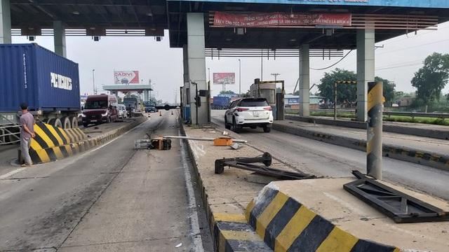 Xe tải va vào trạm thu phí cao tốc TPHCM-Trung Lương, nhiều công nhân thoát chết - Ảnh 2.