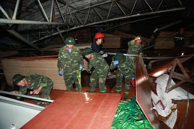 [ẢNH] Hiện trường vụ sập nhà xưởng ở Vĩnh Phúc làm 3 người chết, 18 người bị thương - Ảnh 3.