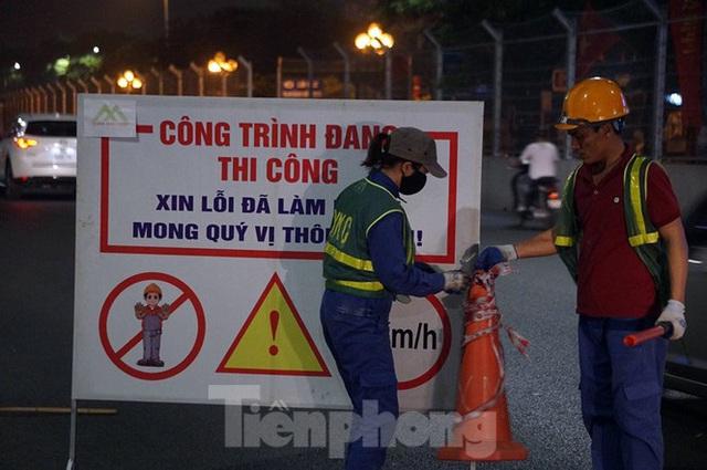 Trắng đêm tháo dỡ rào cứng trên đường đua F1 Hà Nội - Ảnh 3.