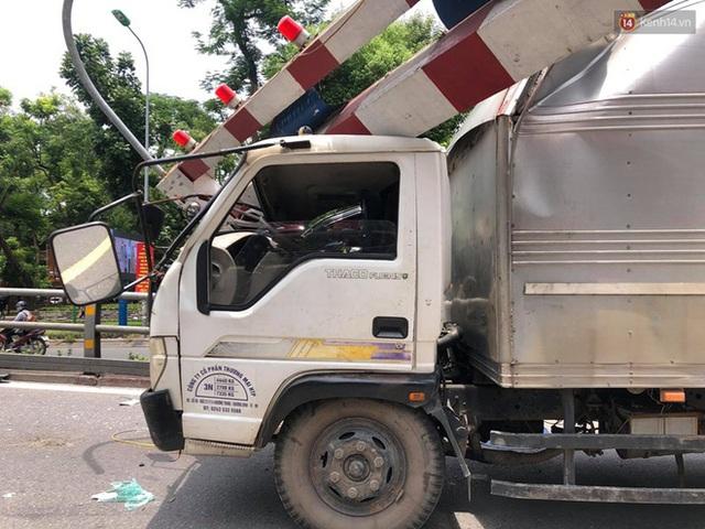 Hà Nội: Xe tải đâm gẫy cột giới hạn chiều cao cầu vượt Tây Sơn, giao thông giữa trưa nắng ùn tắc - Ảnh 3.